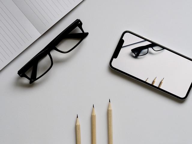 papír, brýle, tužky