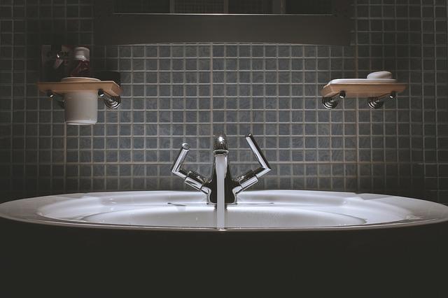 poličky nad umyvadlem