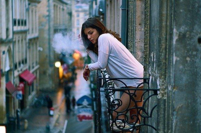 žena na balkoně