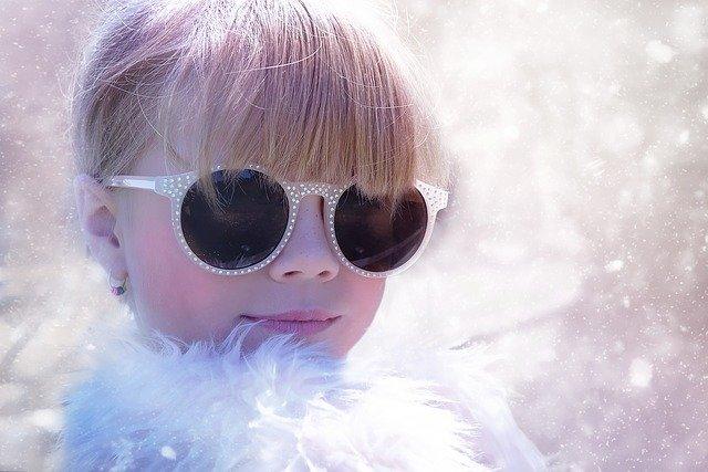 dítě se slunečnými brýlemi.jpg