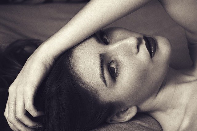 Žena s výrazným mejkapom leží a tvári sa zvodne.jpg